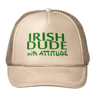 Tipo irlandés con actitud gorro