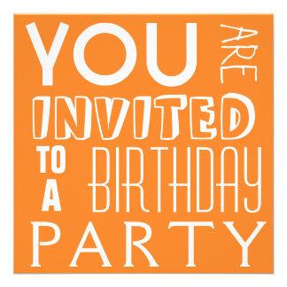 Tipografía adolescente anaranjada brillante de la invitación