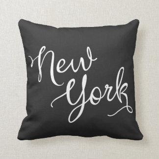 Tipografía blanco y negro elegante de Nueva York Almohada