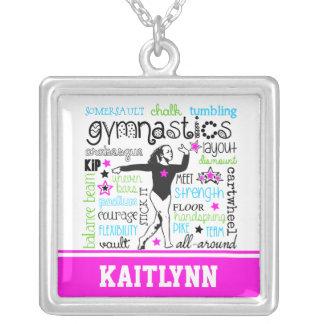 Tipografía de la gimnasia con el monograma collar plateado