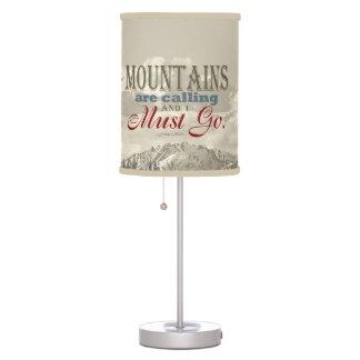 Tipografía del vintage que las montañas están lámpara de mesilla de noche