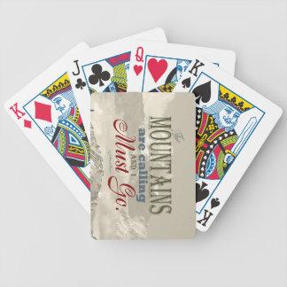 Tipografía del vintage que las montañas están llam baraja de cartas