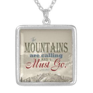 Tipografía del vintage que las montañas están llam colgante personalizado