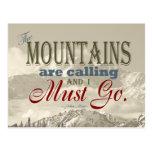 Tipografía del vintage que las montañas están llam tarjeta postal