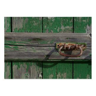 Tirador de puerta oxidado en puerta verde tarjetas de visita grandes