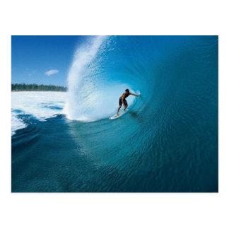 Tirando el rizo - practicando surf tarjeta postal