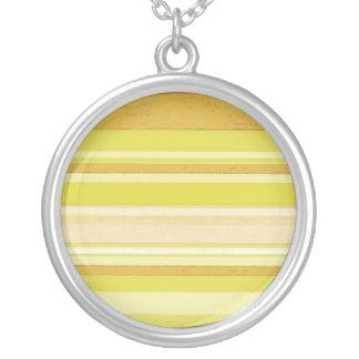 tiras de color amarillas claras collar plateado