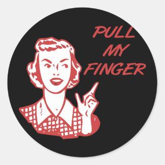 Tire de mi rojo retro del ama de casa del dedo pegatina redonda