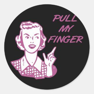 Tire de mi rosa retro del ama de casa del dedo etiqueta redonda