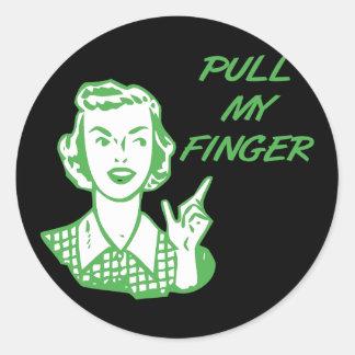 Tire de mi verde retro del ama de casa del dedo pegatina redonda