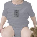 Tiro en suspensión del chica trajes de bebé