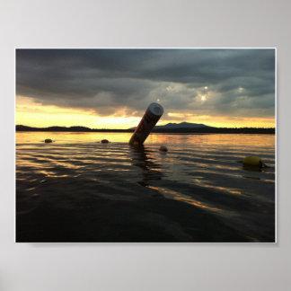 Tiro hermoso del lago solo en la puesta del sol co posters