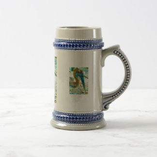 Tiro joven de la cabeza del pelícano, alto color d taza de café