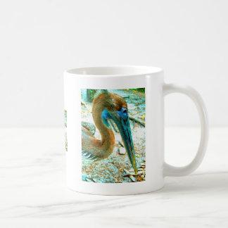Tiro joven de la cabeza del pelícano, alto color d tazas de café