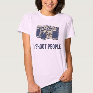 Tiro la cámara de la fotografía de la gente camisas