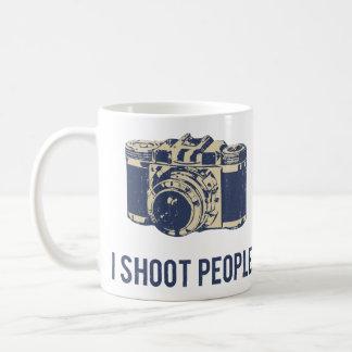 Tiro la cámara de la fotografía de la gente taza de café