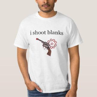 Tiro la camiseta de los espacios en blanco