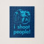 tiro la fotografía del fotógrafo de la gente diver puzzle con fotos