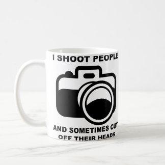 Tiro la taza divertida del fotógrafo de la