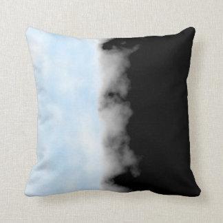 Tiro negro blanco azul apacible de la mirada de cojín