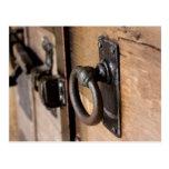 Tirón antiguo rústico y cierre de la puerta postal
