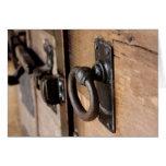 Tirón antiguo rústico y cierre de la puerta tarjeta