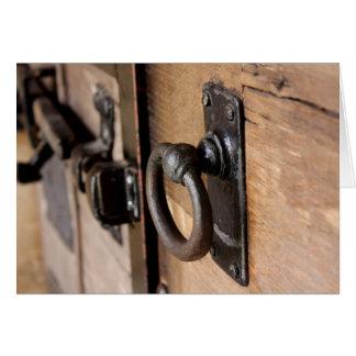 Tirón antiguo rústico y cierre de la puerta tarjeta de felicitación