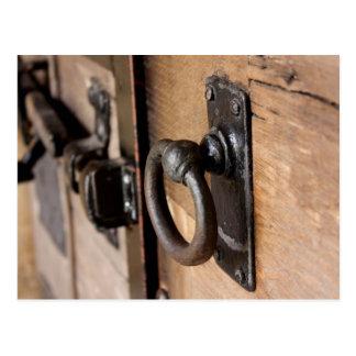 Tirón antiguo rústico y cierre de la puerta tarjetas postales