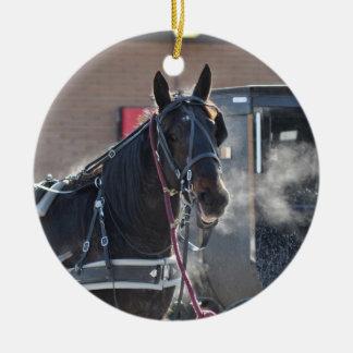 Tirón de caballo del invierno adorno redondo de cerámica