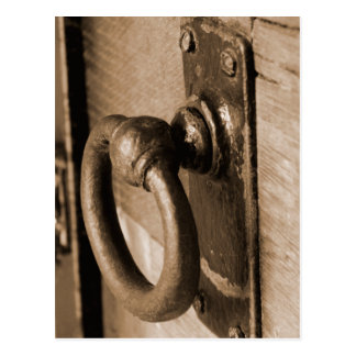 Tirón del tirador de puerta y sepia antiguos tarjeta postal