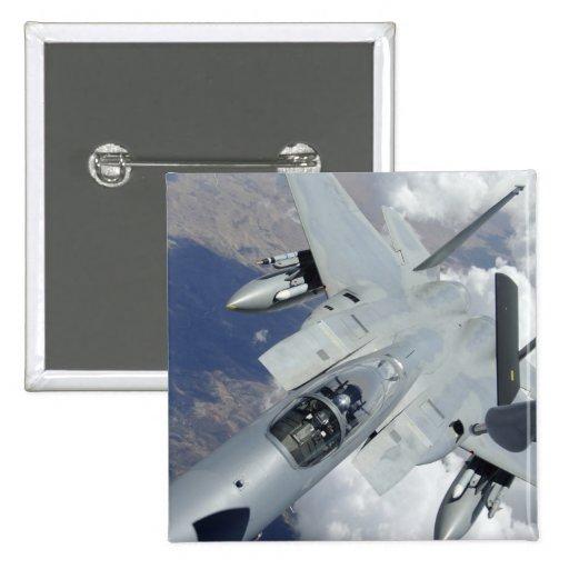 Tirones de un F-15 Eagle lejos de un KC-135 Pin