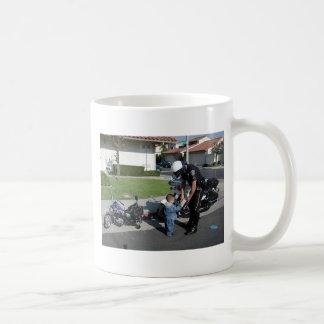 tirones del poli de motocicleta sobre motorista tazas de café