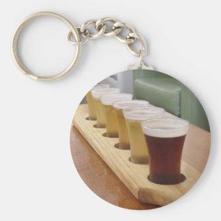 Tiros de la cerveza llavero redondo tipo pin