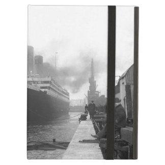 Titanic at the docks of Southampton iPad Air Case