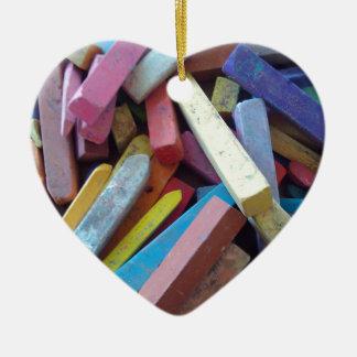 tizas coloridas agrupadas juntas adorno navideño de cerámica en forma de corazón