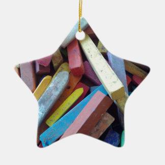 tizas coloridas agrupadas juntas adorno navideño de cerámica en forma de estrella