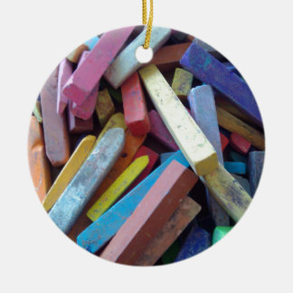 tizas coloridas agrupadas juntas adorno navideño redondo de cerámica