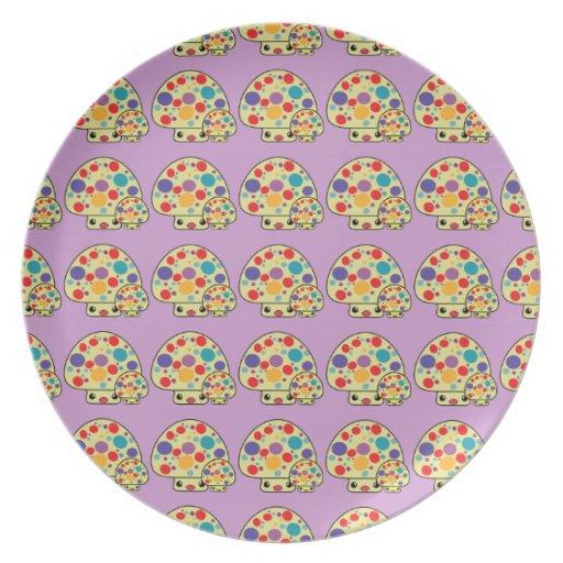 Toadstools manchados lindos coloridos de la seta d platos para fiestas