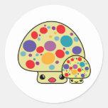 Toadstools manchados lindos coloridos de la seta pegatinas redondas