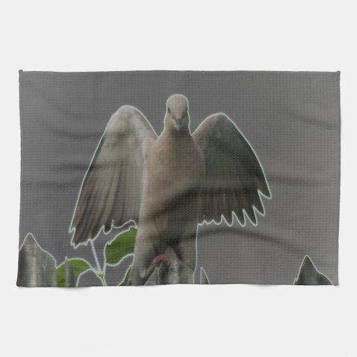 Toalla de cocina caida de la paloma del ángel
