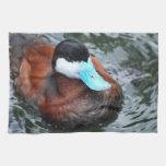 Toalla de cocina cargada en cuenta azul del pato