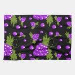 toalla de cocina negra y púrpura de la vid de uva