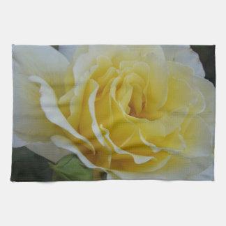 toalla del rosa blanco y amarillo