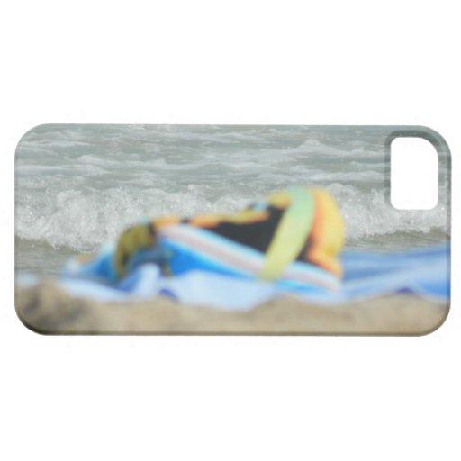 Toalla en la playa iPhone 5 carcasa