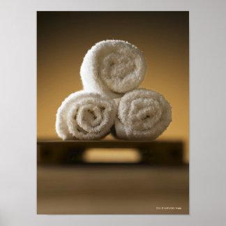 toallas de mano rodadas en una pila póster