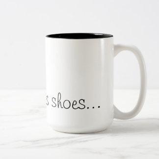 Tocado con la punta del pie de sus zapatos… Taza