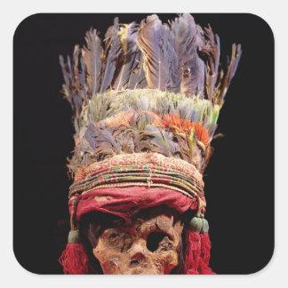 Tocado emplumado en un cráneo de Perú Calcomanía Cuadrada Personalizada