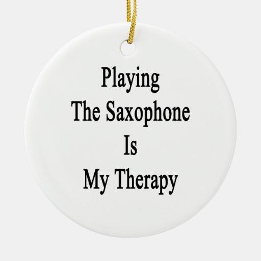 Tocar el saxofón es mi terapia adorno redondo de cerámica