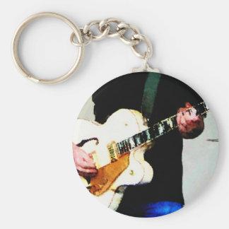 Tocar una guitarra blanca llavero redondo tipo pin