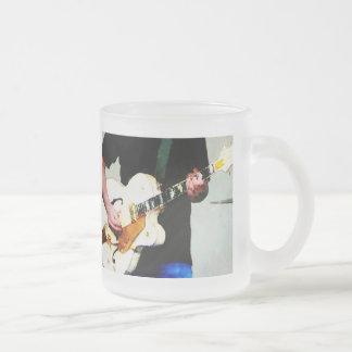 Tocar una guitarra blanca taza de café
